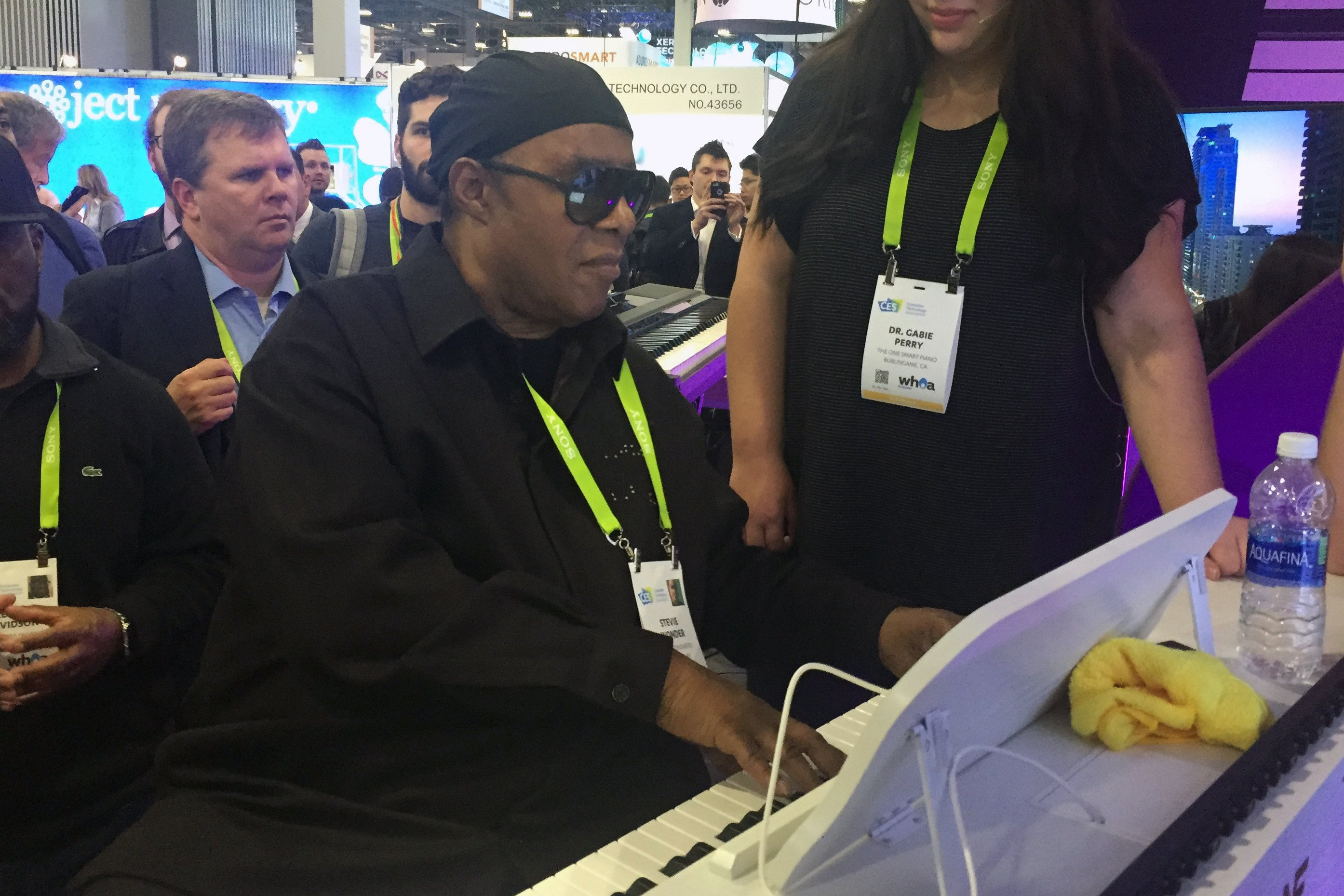 "Stevie Wonder wows crowd on ""smart' piano at CES"