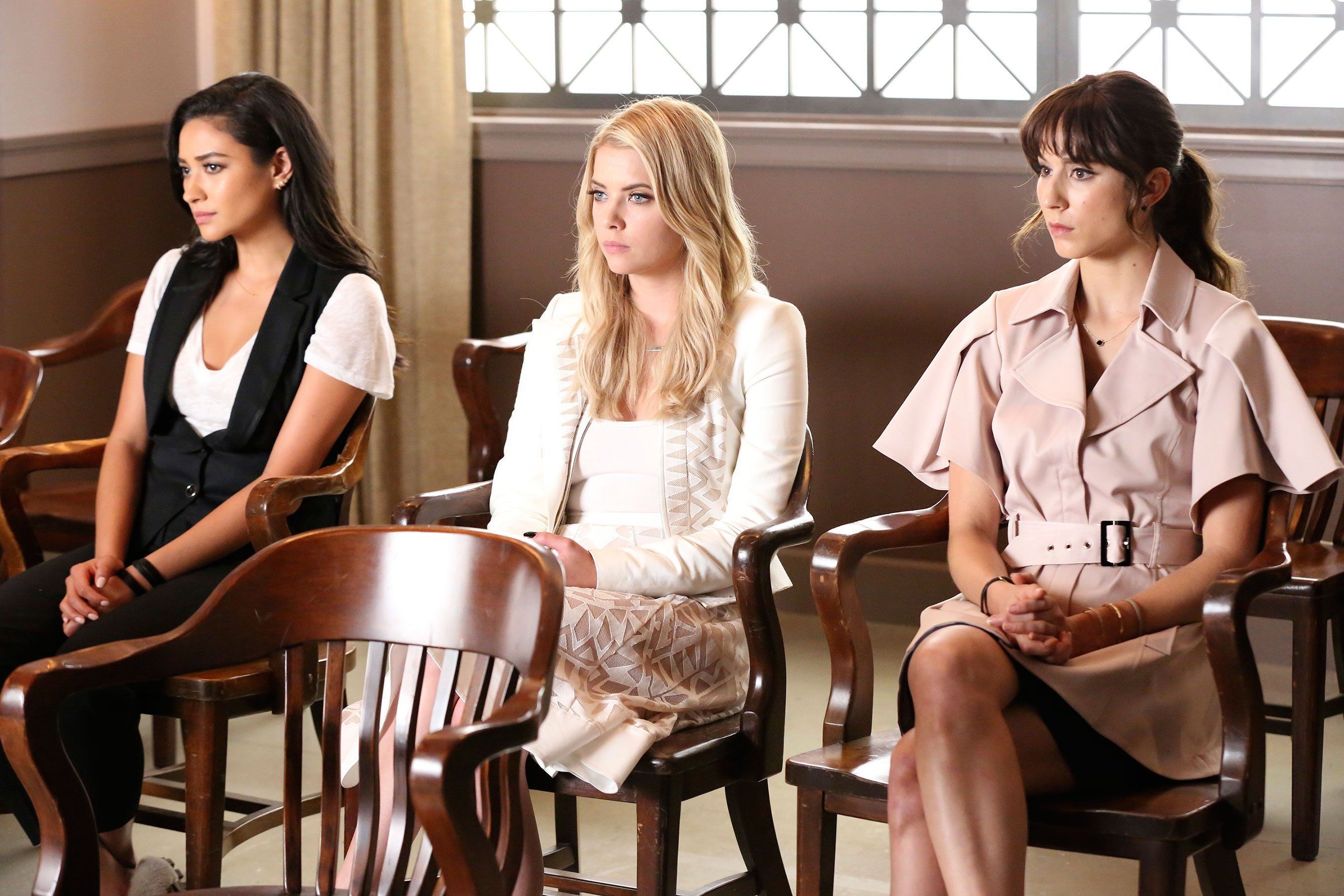 Pretty Little Liars cast stages reunion