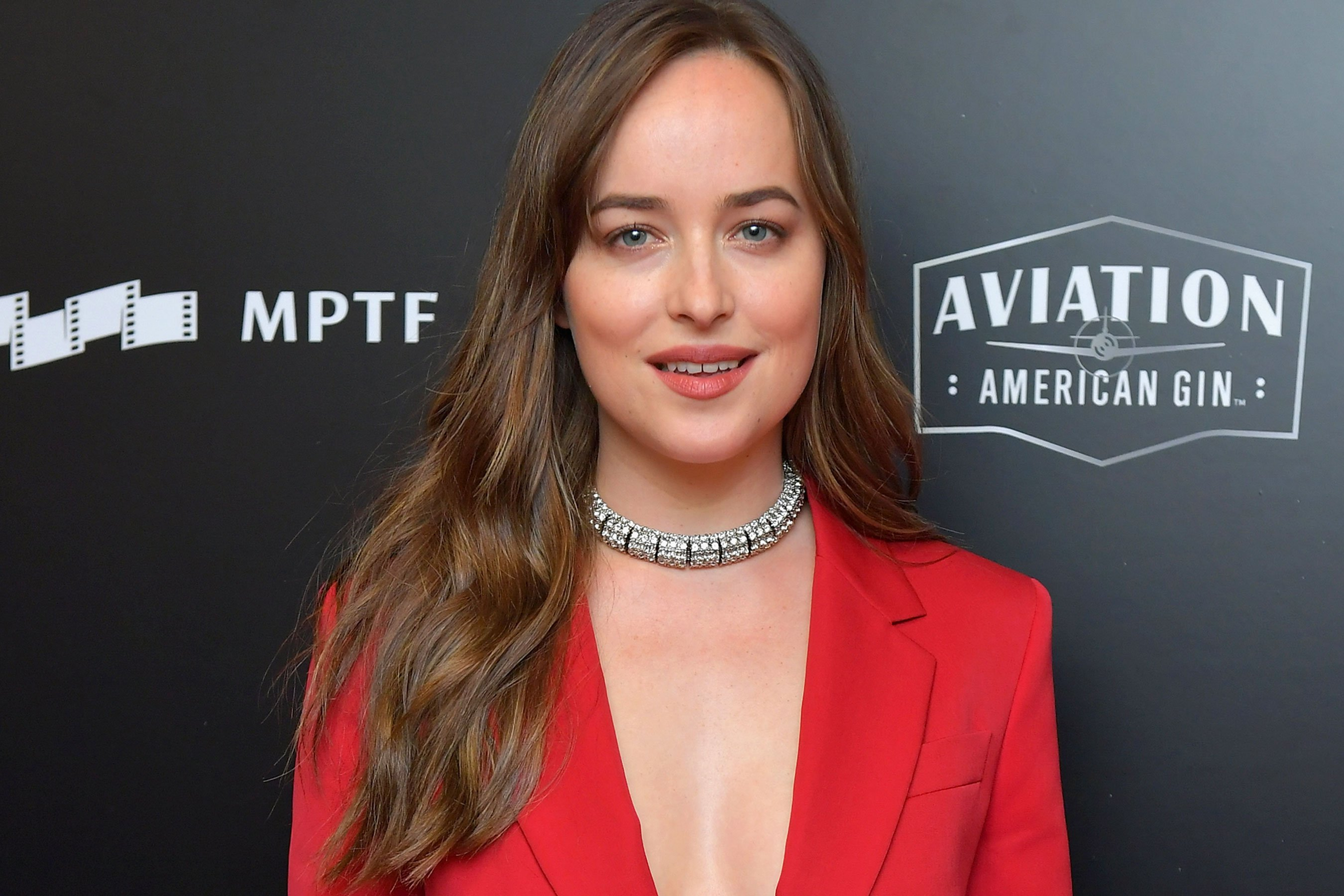 Dakota Johnson explains Jennifer Aniston/Angelina Jolie Golden Globes moment