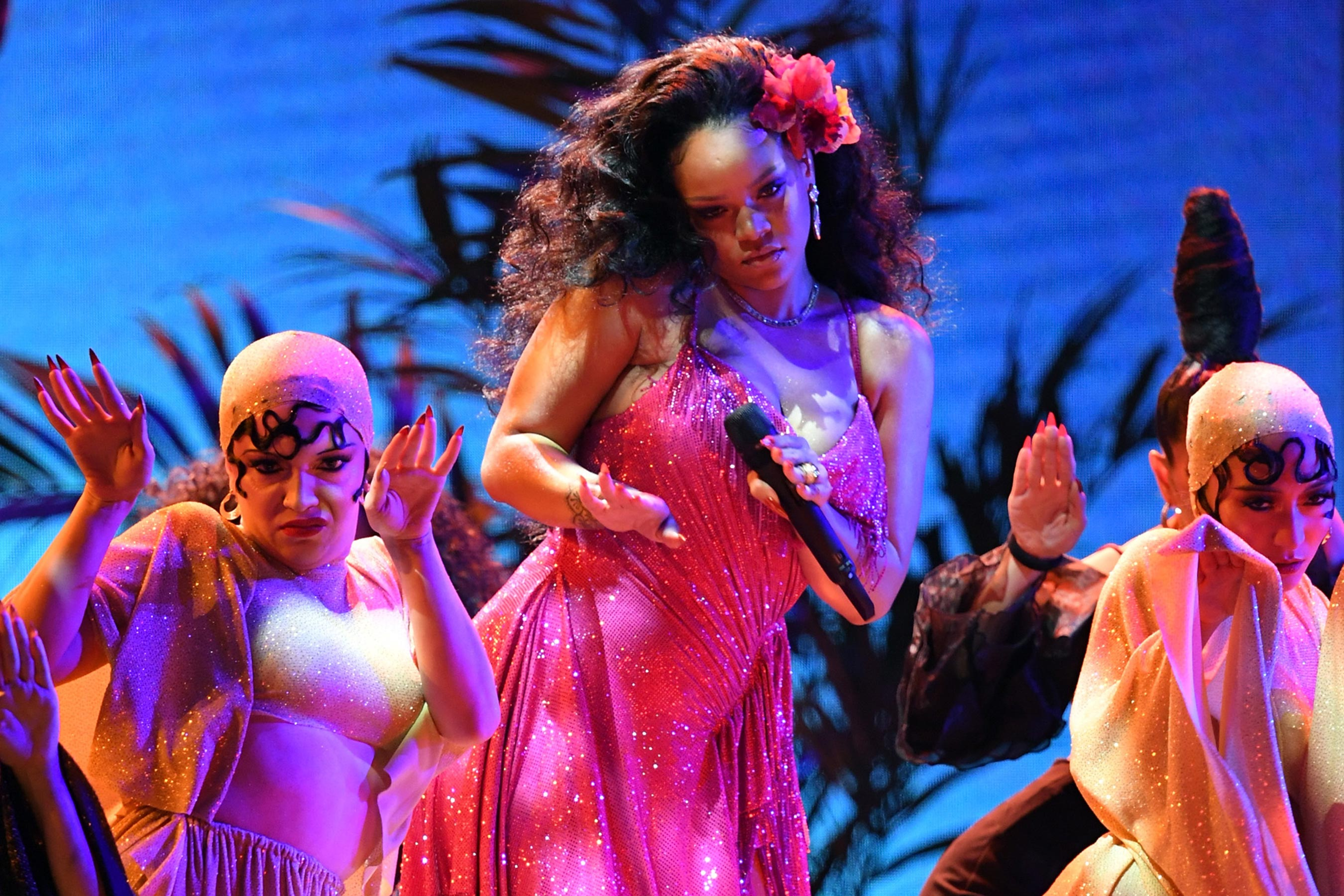 Grammys: Rihanna shows off moves in Wild Thoughts performance