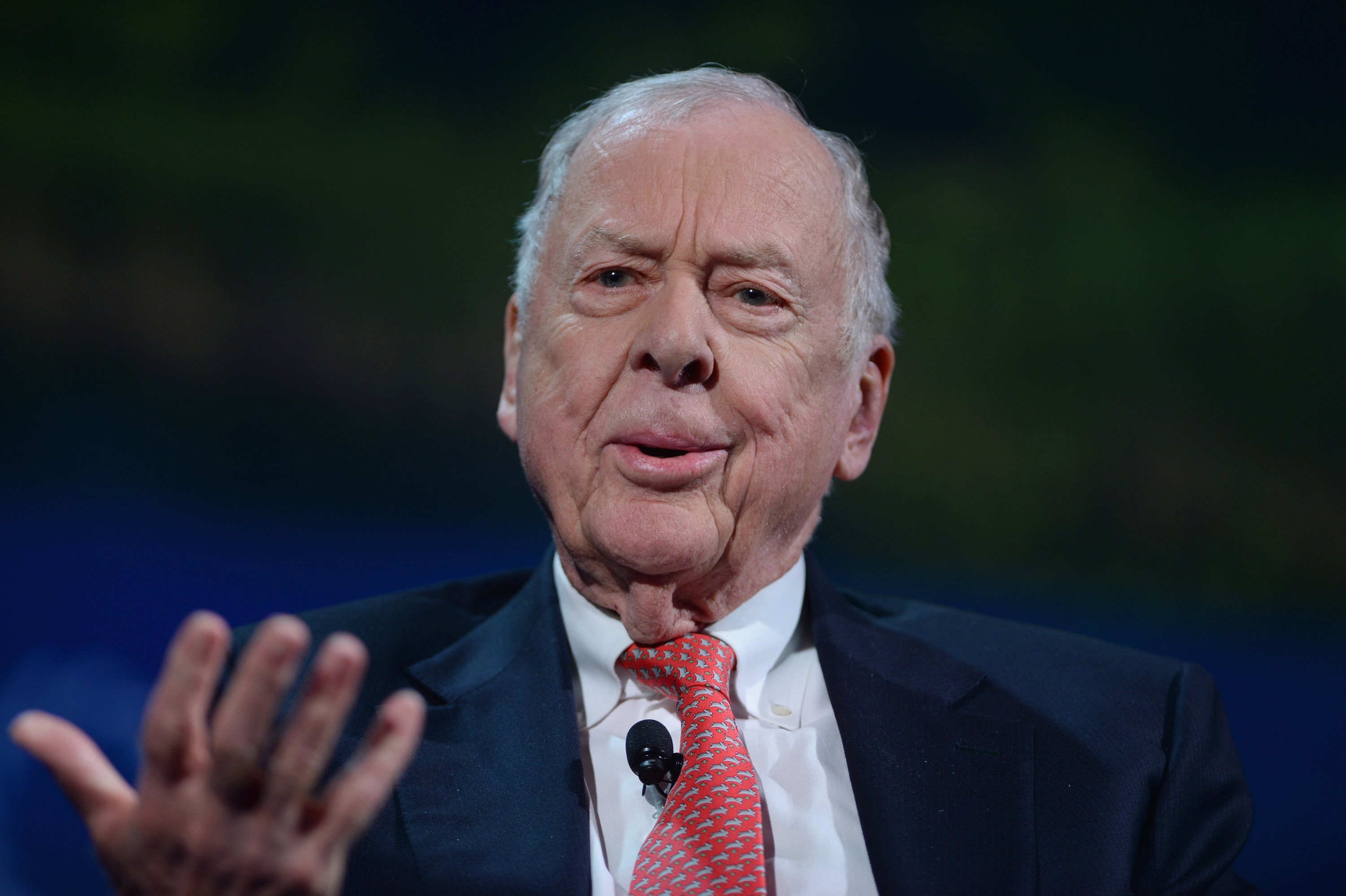 Texas oil tycoon Pickens closing energy hedge fund