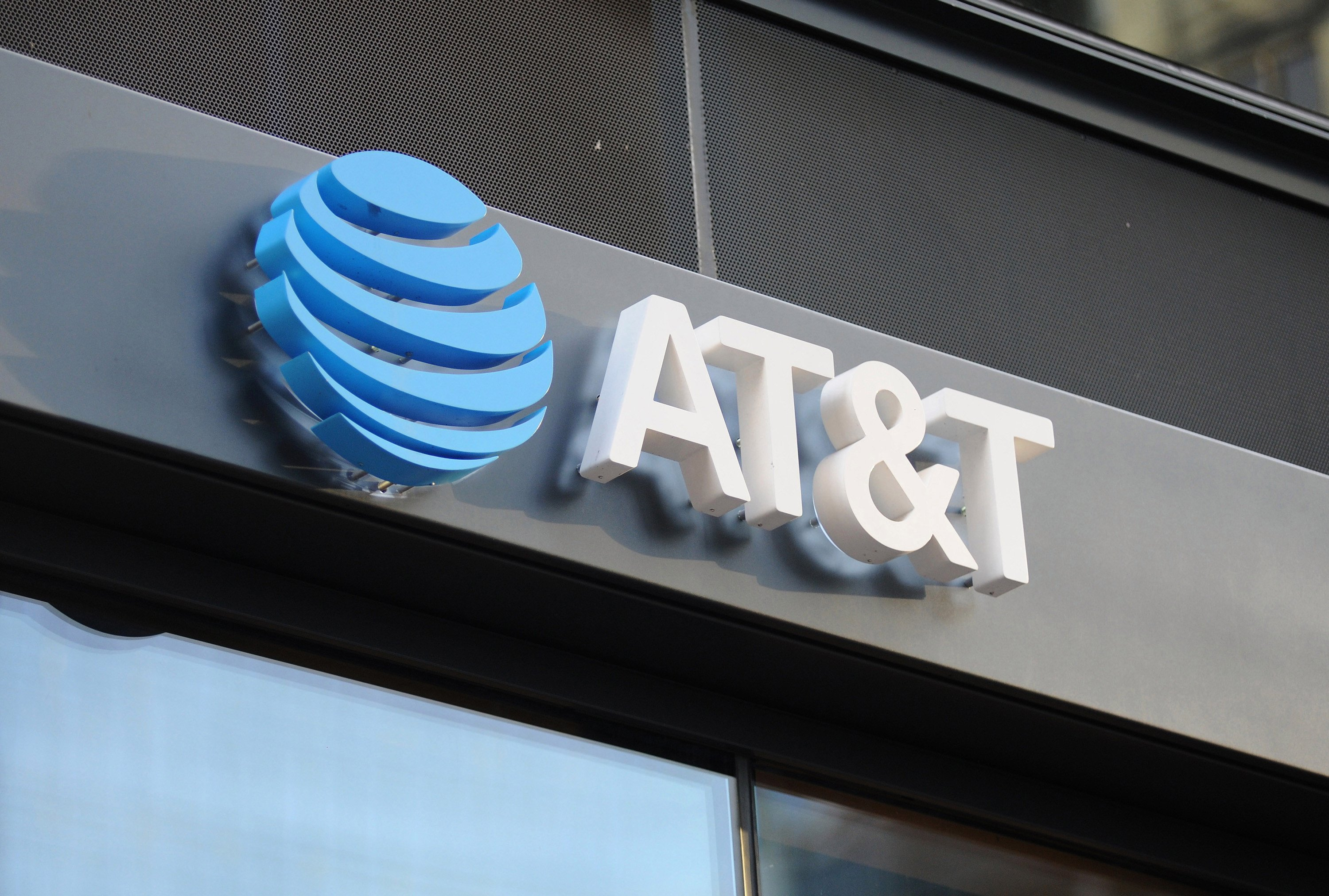 Feds appear to add economics expert for fight over AT&T-Time Warner merger