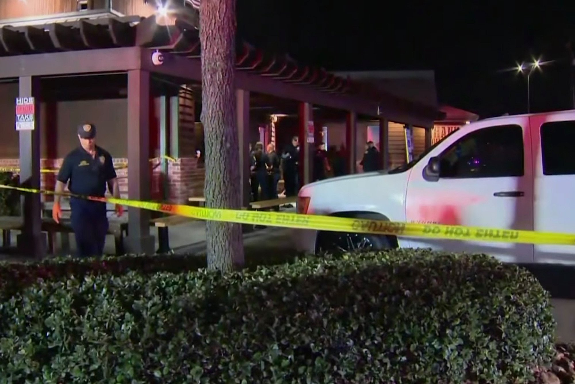 Masked gunman shoots child, 4 others outside steakhouse: cops