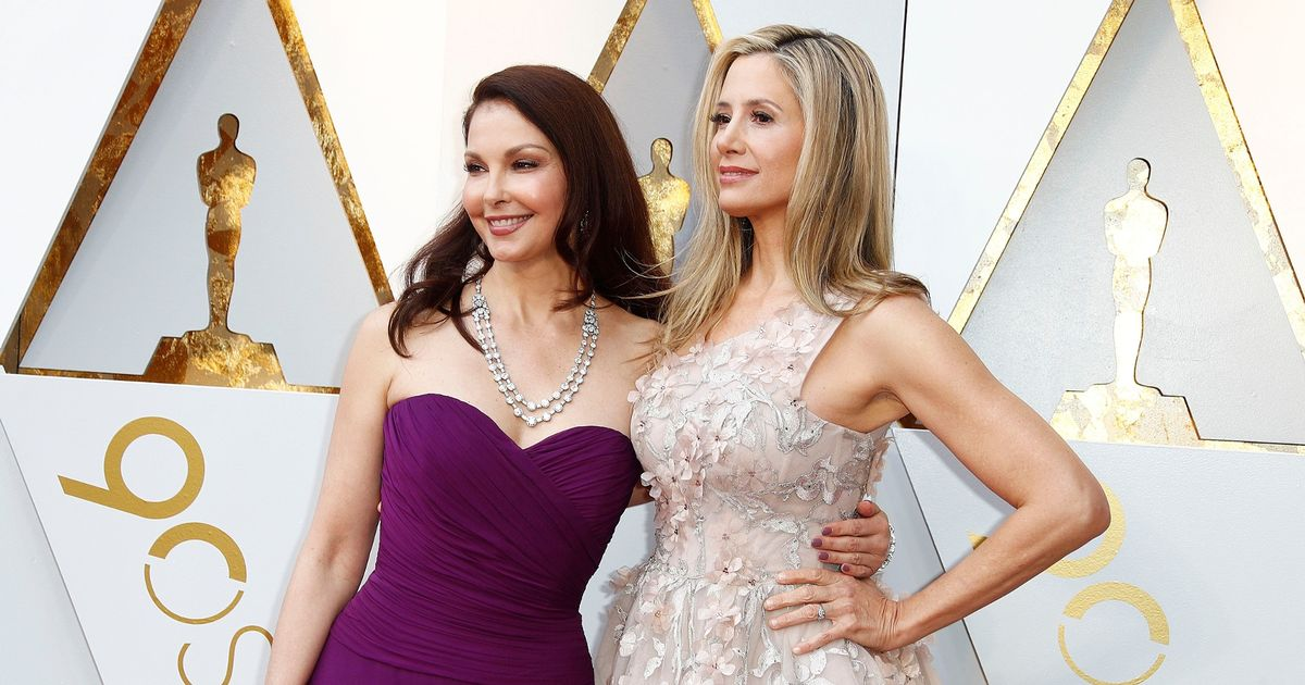 'Blacklisted' Ashley Judd and Mira Sorvino walk Oscars red carpet together