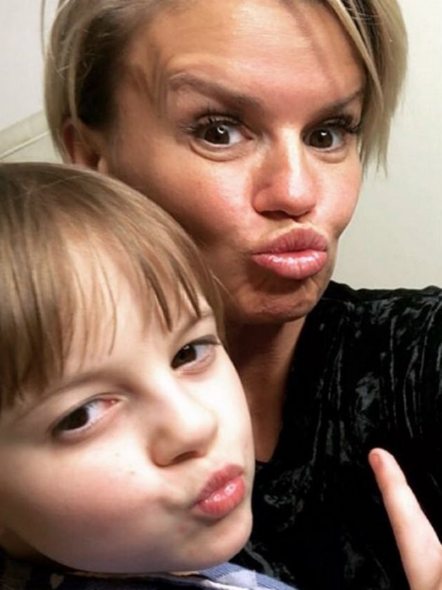 Yoga, singing and LOTS of dancing! Kerry Katona gives adorable insight into life at home with the kids – CelebsNow