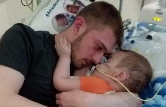 Dad of Alfie Evans claims hospital claims hospital won't let him hold toddler