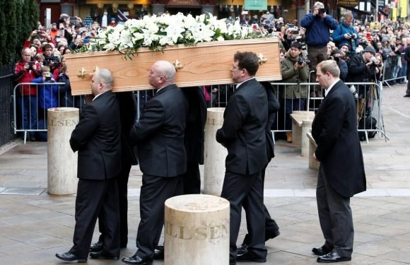 Friends, family, public flock to funeral of physicist Stephen Hawking