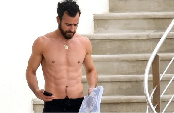 Justin Theroux Shows Off His Sexy Abs During a Beach Day With Sienna Miller and Emma Stone