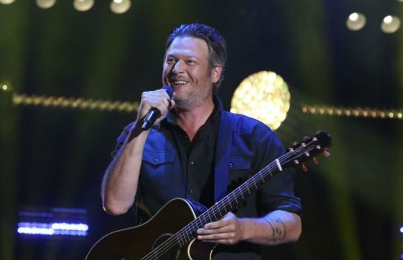 Blake Shelton Fell On Stage And Apparently Found It Hilarious