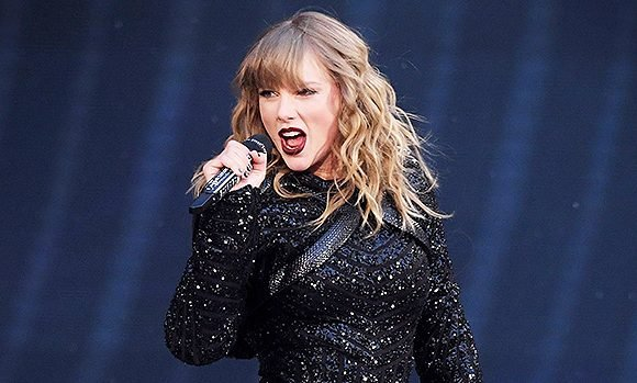 Taylor Swift Falls Onstage While Performing in The Rain & Recovers Like A Pro — Watch