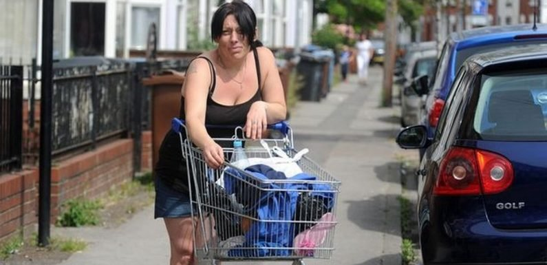 Homeless mum and kids wander streets with belongings in trolley after eviction