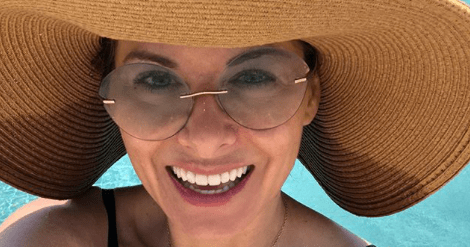 Debra Messing Proves We All Need an Enormous Sunhat