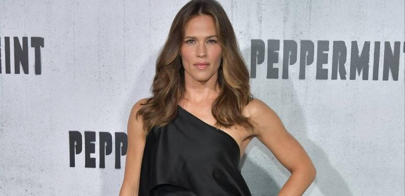 You'll Know Exactly Why Jennifer Garner Chose This Dress When You See Her Insanely Sexy Heels