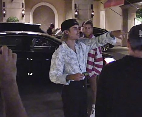 Justin Bieber Coordinates with Paparazzi So that They Get the Best Shots of Him and his Fiancée