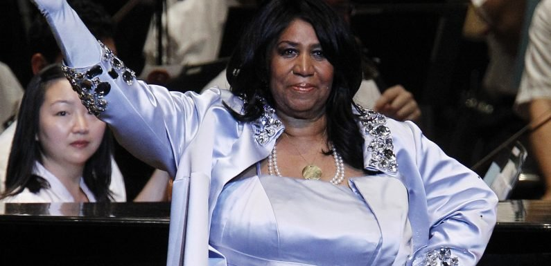 Outfit change for Aretha Franklin on second day of public viewing