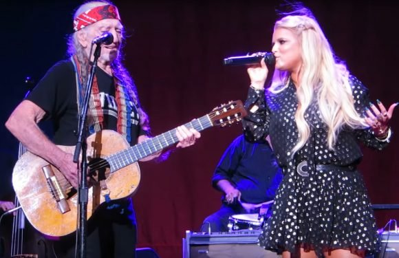 Jessica Simpson Returns to Stage for Willie Nelson Duet, Performs for Her Kids for First Time