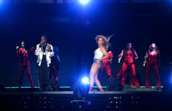 A Fan Stormed Beyonce & Jay-Z Onstage, But Their Backup Dancers Don't Play