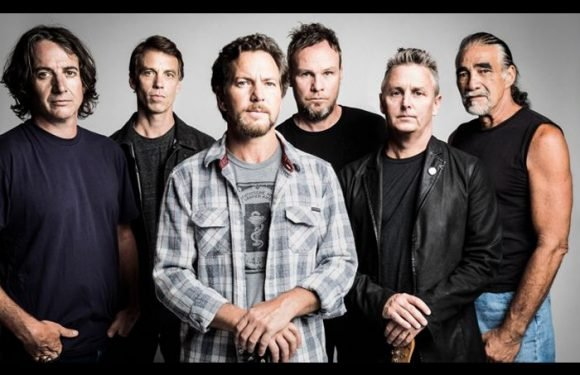Pearl Jam Covers David Bowie At Wrigley Field Show