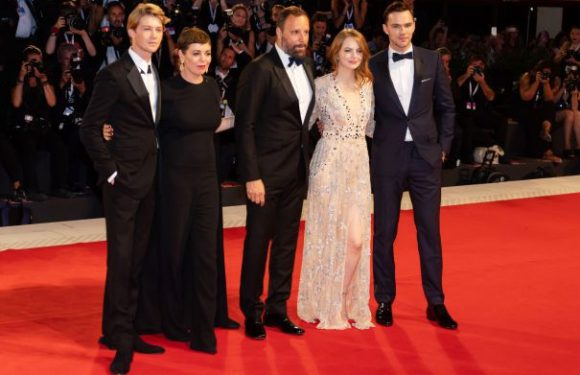 'The Favourite' Trailer And Poster Thrust Royal Roundelay Into Awards Race
