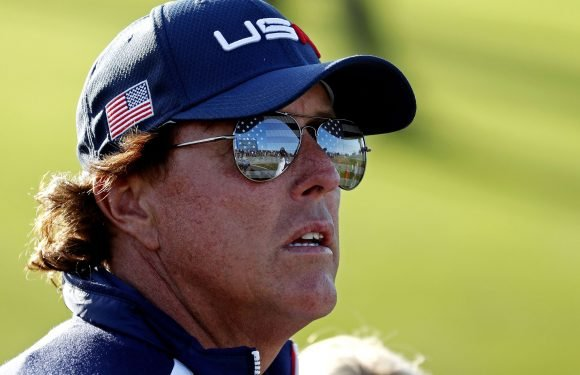 Mickelson shows dance moves with high-kick stunt
