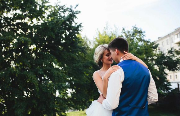 Casual-dressed groom shamed for wearing Crocs and shorts to his wedding