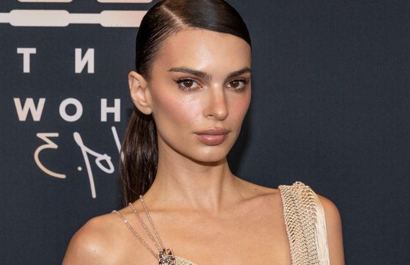 Emily Ratajkowski claims Robin Thicke grabbed her breasts in Blurred Lines video